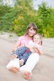 Portret van gelukkige jonge moeder en dochter. Stock Fotografie