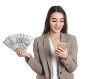 Portret van gelukkige jonge onderneemster met geld en smartphone royalty-vrije stock fotografie
