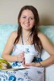 Portret van gelukkige jonge vrouw Royalty-vrije Stock Afbeeldingen