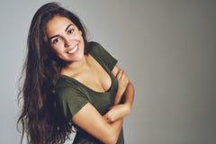 Portret van gelukkige jonge vrouw stock foto's