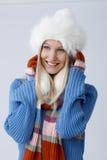 Portret van gelukkige jonge vrouw bij wintertijd royalty-vrije stock fotografie