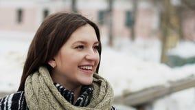 Portret van gelukkige jonge vrouw in de stad stock footage