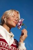 Portret van gelukkige jonge vrouw met bloem Royalty-vrije Stock Foto