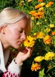 Portret van gelukkige jonge vrouw met goudsbloem Royalty-vrije Stock Foto