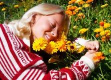 Portret van gelukkige jonge vrouw op weide Royalty-vrije Stock Foto's