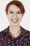 Portret van gelukkige jonge vrouw in overhemd tegen grijze achtergrond Royalty-vrije Stock Afbeeldingen