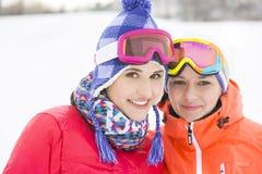 Portret van gelukkige jonge vrouwelijke vrienden in warme kleding in openlucht Stock Afbeeldingen