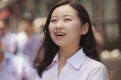 Portret van gelukkige jonge vrouwen op de straat, Peking Stock Foto's
