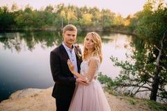 Portret van gelukkige jonggehuwden op aardachtergrond Stock Afbeelding