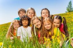 Portret van gelukkige kinderen samen op het gras Stock Foto's