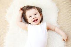 Portret van gelukkige 18 maanden baby op bontplaid Stock Fotografie