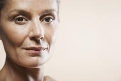 Portret van Gelukkige Midden Oude Vrouw royalty-vrije stock afbeelding