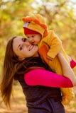 Portret van gelukkige moeder en baby in het park Het familiekind overtreft Royalty-vrije Stock Afbeelding