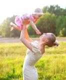 Portret van gelukkige moeder en baby weinig dochter Stock Afbeeldingen