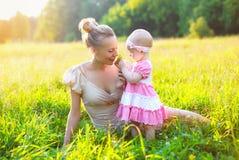 Portret van gelukkige moeder en baby weinig dochter Stock Afbeelding