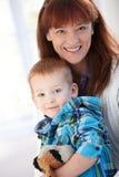 Portret van gelukkige moeder en zoon stock afbeeldingen
