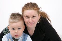 Portret van gelukkige moeder en zoon - samen - isol stock foto