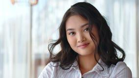Portret van gelukkige mooie Aziatische vrouwelijke beambte of onderneemster of student stock video