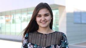 Portret van gelukkige mooie jonge vrouw in de reeks van stads echte mensen stock footage