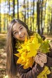 Portret van gelukkige mooie tiener in de bosholding aut Stock Foto's