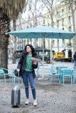 Portret van gelukkige mooie toevallige vrouwenreiziger die richting op plaatskaart zoeken stock foto's