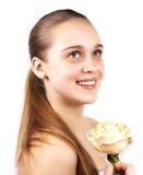 Portret van gelukkige mooie vrouw met een bloem Royalty-vrije Stock Fotografie