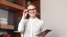 Portret van gelukkige onderneemster met tabletcomputer in hotelruimte stock videobeelden
