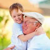 Portret van gelukkige opa en kleinzoon die pret hebben in openlucht Royalty-vrije Stock Foto
