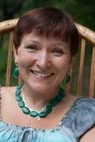 Portret van gelukkige rijpe vrouw in malachietjuweel Stock Afbeeldingen