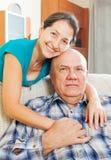 Portret van gelukkige rijpe vrouw met echtgenoot Stock Fotografie
