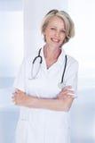 Portret van gelukkige rijpe vrouwelijke arts stock foto's