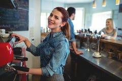 Portret van gelukkige serveerster met medewerker het spreken aan klant bij koffiewinkel royalty-vrije stock foto's