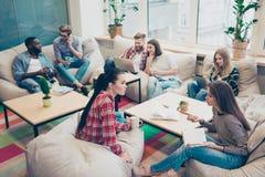 Portret van gelukkige succesvolle freelancers die op conferentie zitten stock fotografie