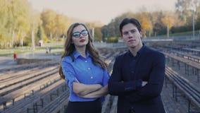 Portret van gelukkige succesvolle partners met gekruiste handen 4K stock footage