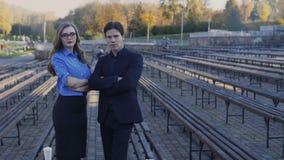 Portret van gelukkige succesvolle partners met gekruiste handen 4K stock videobeelden