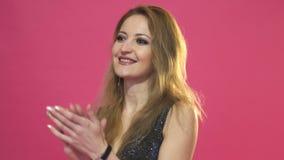 Portret van gelukkige toejuichende jonge vrouw stock video