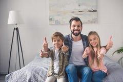 portret van gelukkige vader en kinderen stock afbeeldingen