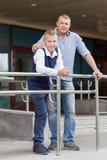 Portret van gelukkige vader en tienerjongen Royalty-vrije Stock Foto's