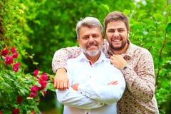 Portret van gelukkige vader en zoon, dat in verschijning gelijkaardig is royalty-vrije stock afbeelding
