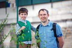 Portret van gelukkige vader en zoon openlucht Royalty-vrije Stock Afbeeldingen