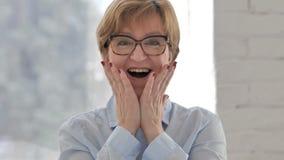 Portret van Gelukkige Verbaasde Oude Onderneemster, Verrassing stock videobeelden