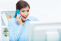 Portret van gelukkige verraste bedrijfsvrouw op telefoon in wit van Royalty-vrije Stock Foto