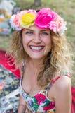Portret van gelukkige vrolijke mooie jonge vrouw, in openlucht stock foto's