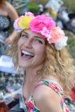 Portret van gelukkige vrolijke mooie jonge vrouw, in openlucht royalty-vrije stock afbeeldingen