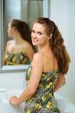Portret van gelukkige vrouw in badkamers Stock Afbeeldingen
