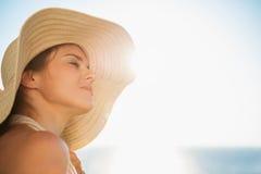 Portret van gelukkige vrouw die van zonneschijn geniet Stock Foto