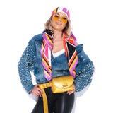Portret van gelukkige vrouw in kleurrijke kleren die haar heupen houden royalty-vrije stock afbeeldingen