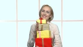 Portret van gelukkige vrouw met een stapel van giften stock footage