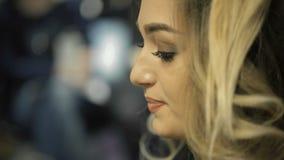 Portret van gelukkige vrouw in schoonheidssalon Vrolijk blond meisje met haarkrulspelden stock videobeelden