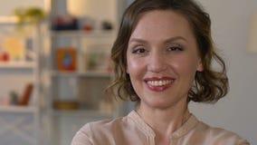 Portret van gelukkige vrouw thuis, vrouwelijke gezondheid, goed stemming en hormoonsaldo stock videobeelden